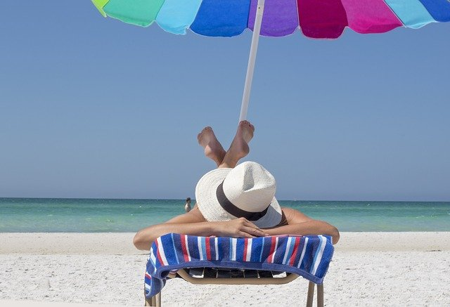 What benefits does sunless tanning deliver?